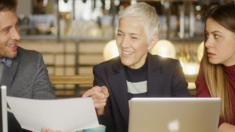 vidéos et rushes de réunion d'affaires dans un café - respect