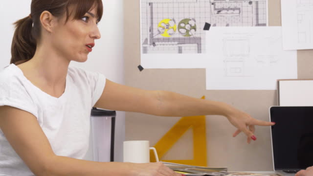 vidéos et rushes de réunion d'affaires dans un bureau à domicile - graphisme