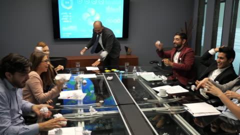 affärsmöte i latinamerika-affärsfolk argumenterar och kastar papper - kommunikationsproblem bildbanksvideor och videomaterial från bakom kulisserna