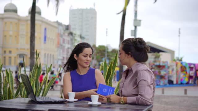 vidéos et rushes de réunion d'affaires à recife, pernambuco. - professional occupation