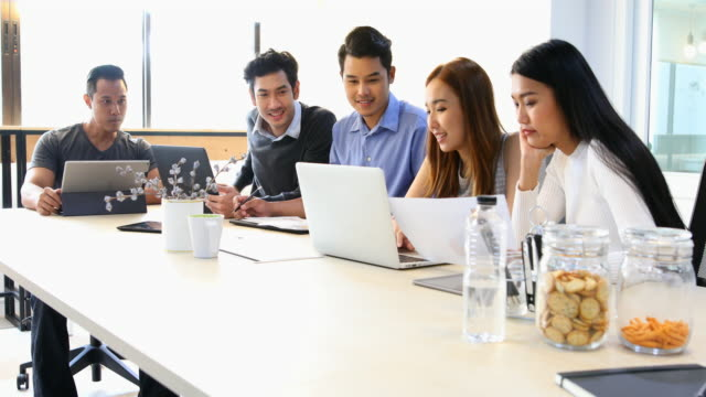 Business-Meeting von jungen asiatischen Unternehmer starten