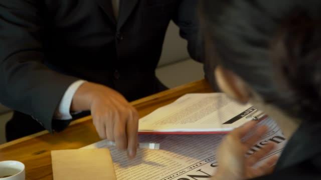 vidéos et rushes de réunion d'affaires, présenter le projet et approuver en agitant la main dans l'espace de travail co - avocat juriste