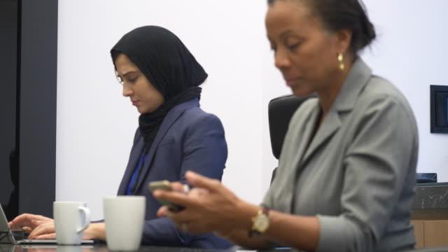 vidéos et rushes de réunion d'affaires - hijab