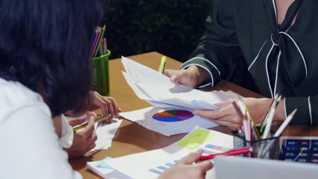 vídeos de stock, filmes e b-roll de reunião de negócio - aprimoramento