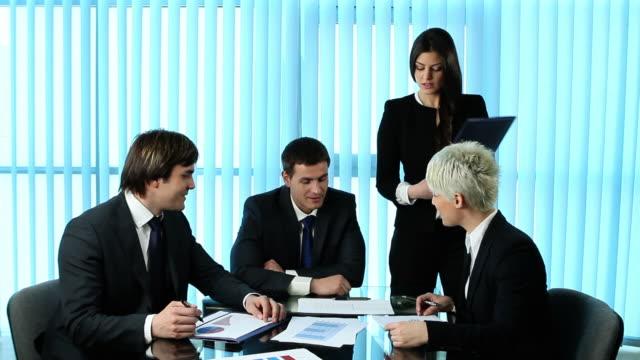 vídeos de stock, filmes e b-roll de reunião de negócios. - vestuário de trabalho formal
