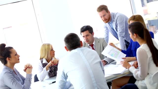 vídeos y material grabado en eventos de stock de reunión de negocios. - hoja de cálculo electrónica