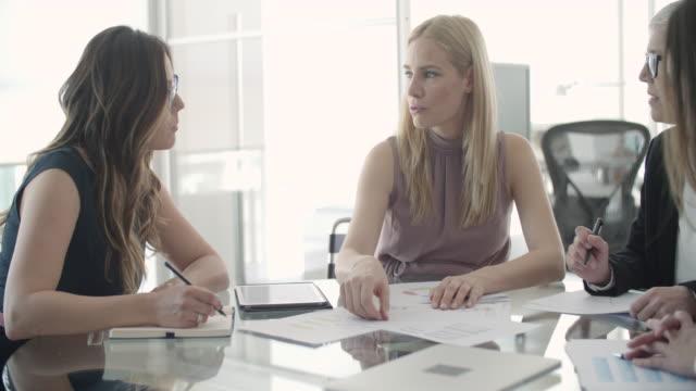 vídeos y material grabado en eventos de stock de reunión de negocios  - marrón