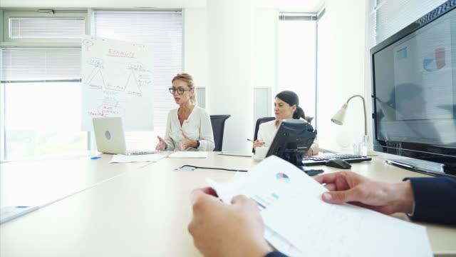 business meeting. - über die schulter stock-videos und b-roll-filmmaterial