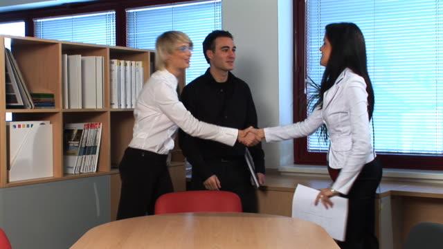 vídeos de stock e filmes b-roll de hd: reunião de negócios - camisa e gravata