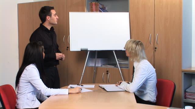 hd :ビジネスミーティング - 男性と複数の女性点の映像素材/bロール