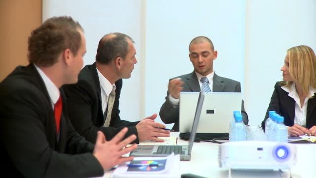 vídeos de stock, filmes e b-roll de dolly hd: reunião de negócios - camisa e gravata
