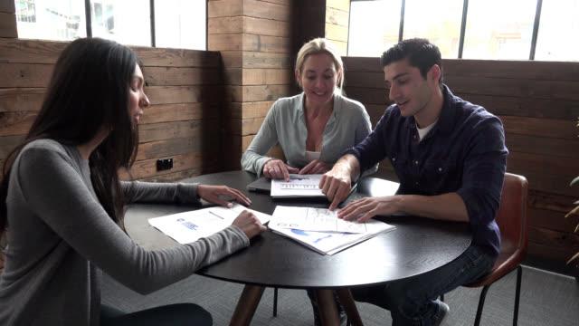 vídeos de stock, filmes e b-roll de reunião de negócios foram parceiro explica sua informação de colegas - sales occupation