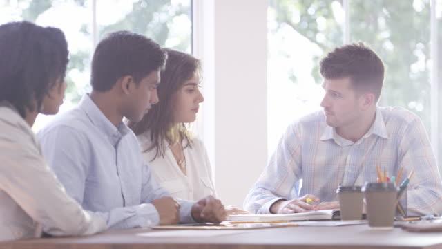 同僚とのビジネス会議 - アフリカ系カリブ人点の映像素材/bロール