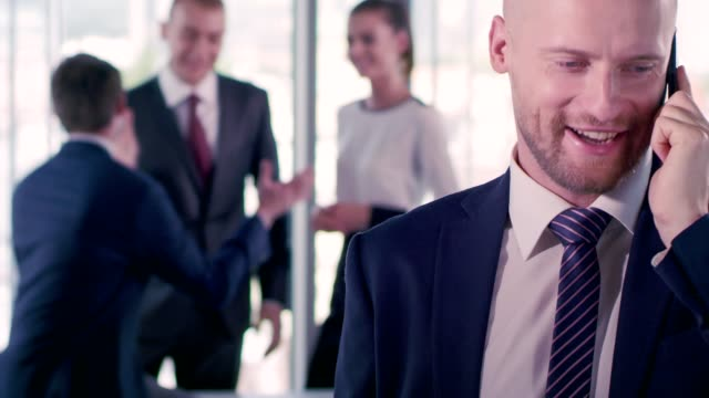 vídeos de stock, filmes e b-roll de negociações de negócios - decisions
