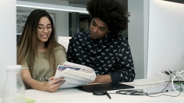vídeos de stock e filmes b-roll de business office people working - miscigenado