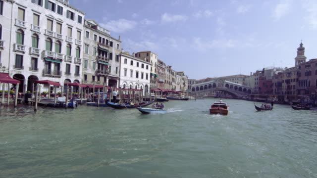 vídeos y material grabado en eventos de stock de business on the grand canal with rialto bridge int the background - puente de rialto