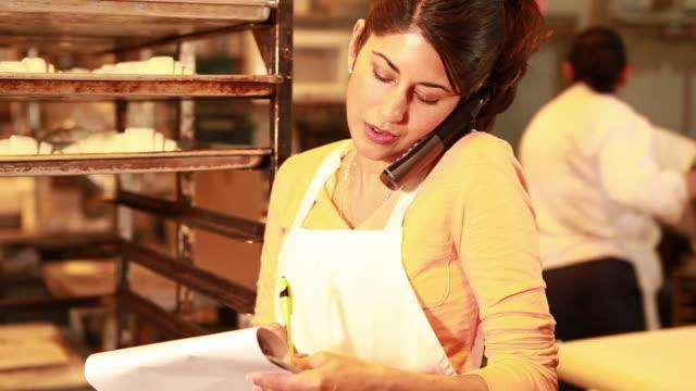 vidéos et rushes de ms tu business owner talking on phone in bakery / sante fe, new mexico, usa - téléphone sans fil