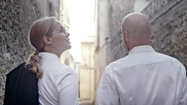 business partner nach der arbeit. spaziergang durch die alte stadt - kompletter anzug stock-videos und b-roll-filmmaterial