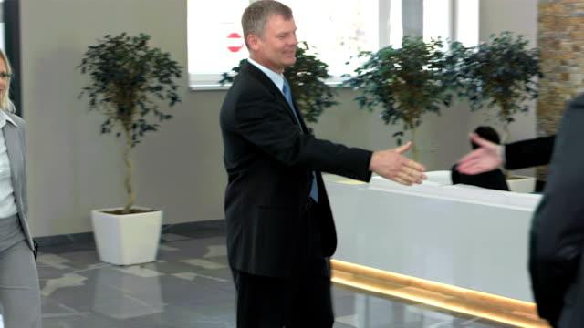 vidéos et rushes de tu ms partenaires d'affaires accueil dans le hall - arrivée