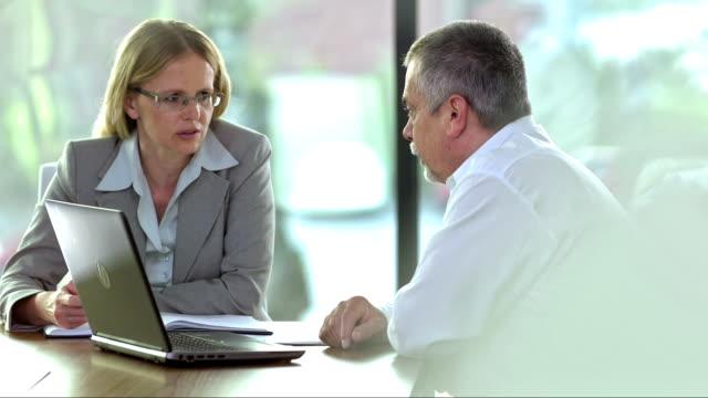 ms business partner, tagung - zwei personen stock-videos und b-roll-filmmaterial