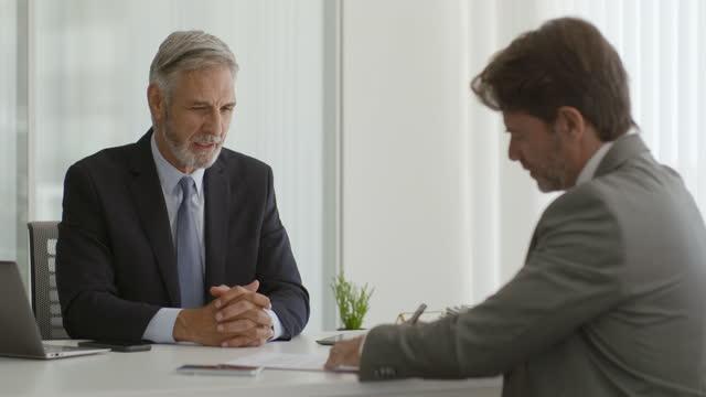 affärspartners signeringsdokument - affärsrelation bildbanksvideor och videomaterial från bakom kulisserna