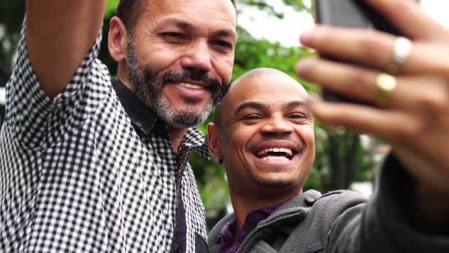 vídeos de stock, filmes e b-roll de parceiros de negócios, tomando um selfie ao ar livre - brasileiro pardo