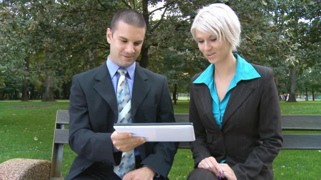 HD DOLLY: Business Partner mit digitalen Tablet