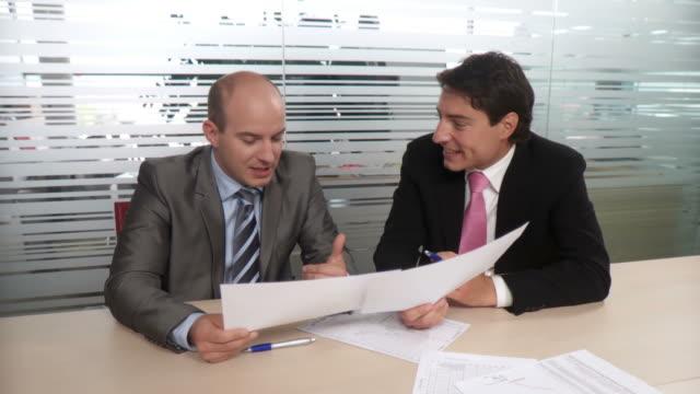 vídeos de stock, filmes e b-roll de dolly hd: parceiros de negócios - camisa e gravata