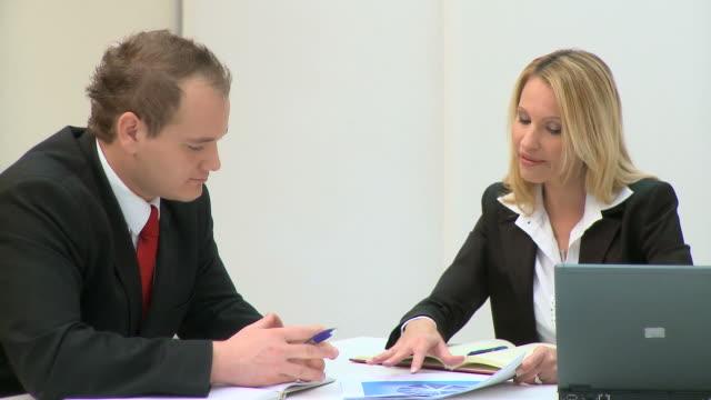 stockvideo's en b-roll-footage met hd: business partners - overhemd en stropdas