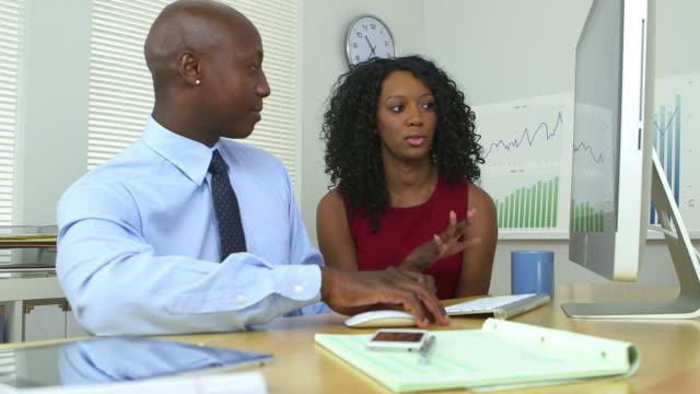 vidéos et rushes de business partners working hard in the office - complètement chauve