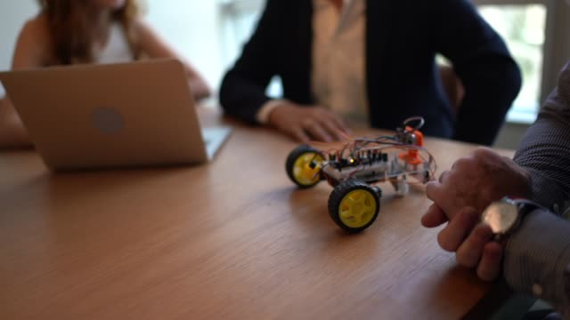 ドライブロボットカーのプロトタイプを扱うビジネスパートナー - arduino - プロトタイプ点の映像素材/bロール