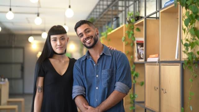 vídeos de stock, filmes e b-roll de retrato da parceria do negócio no escritório de partida moderno - duas pessoas