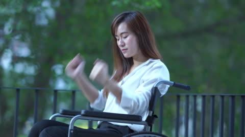 vídeos y material grabado en eventos de stock de mujer paciente de negocios en silla de ruedas, se siente deprimido, golpeando un puño en silla de ruedas - derrota