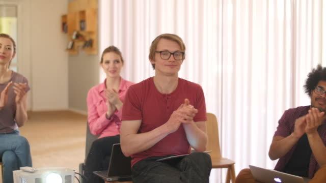 affärsmän som applåderar under presentation - kvinnor i 30 årsåldern bildbanksvideor och videomaterial från bakom kulisserna