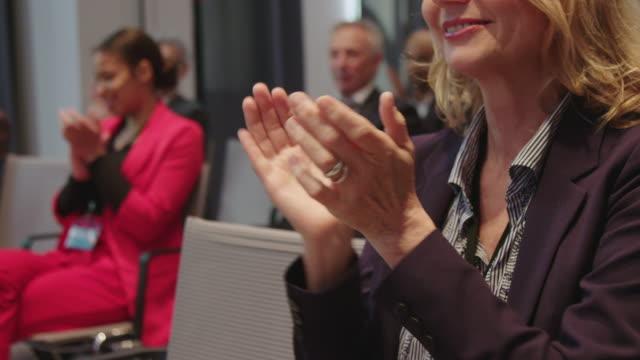 vídeos de stock e filmes b-roll de business people applauding while attending seminar - conferência de negócios