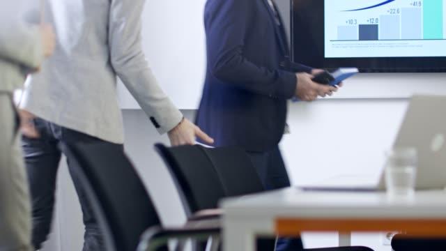 vidéos et rushes de les gens d'affaires se rassemblent dans une salle du conseil avant la réunion d'équipe - réunion du personnel