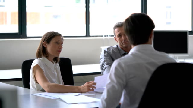 vidéos et rushes de business people are working on project in office - chemise et cravate