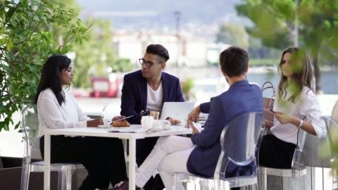 vídeos y material grabado en eventos de stock de empresarios en una reunión de almuerzo hablando - cuatro personas