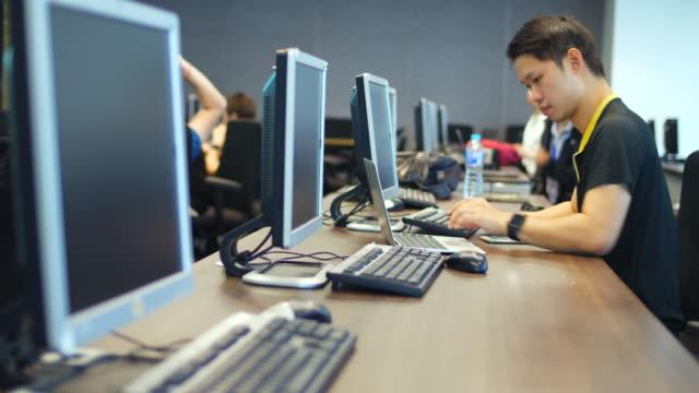 Affärsmän på datorer i datorsal