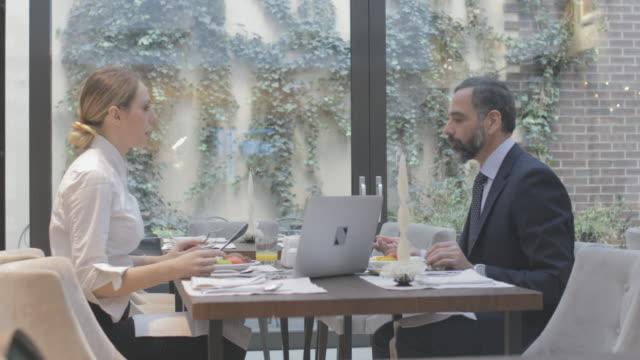 vidéos et rushes de gens d'affaires à l'hôtel - quinquagénaire