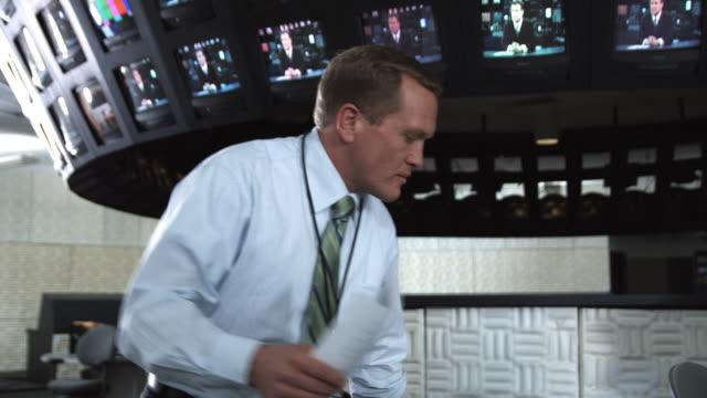 vídeos de stock, filmes e b-roll de ms business people at work discussing papers, dallas, texas, usa - camisa e gravata