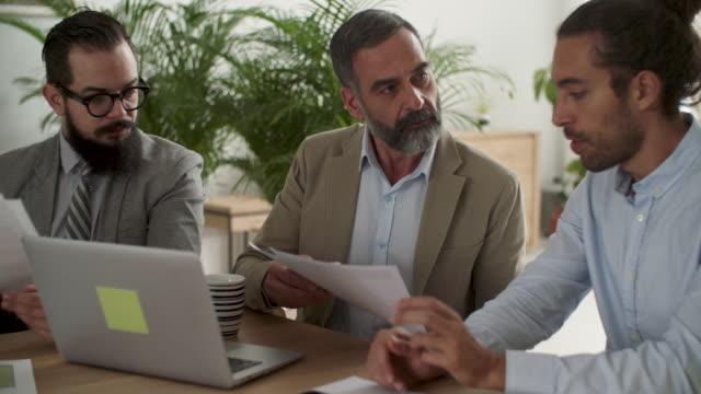 vidéos et rushes de gens d'affaires au travail  - âges mélangés
