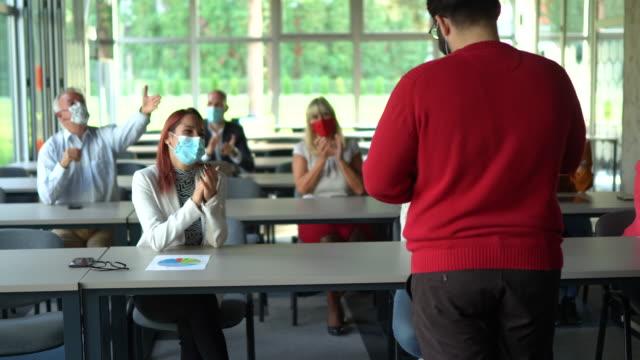 vídeos y material grabado en eventos de stock de personas de negocios que asisten a un seminario en la sala de juntas - congreso de negocios