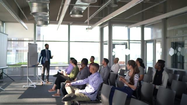 vídeos de stock e filmes b-roll de business people attending a seminar with social distancing - povo brasileiro