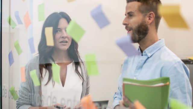 Mensen uit het bedrijfsleven brainstormen voor nieuwe ideeën op kantoor
