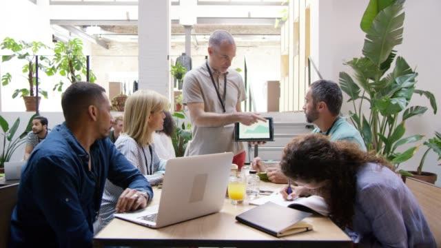 vídeos y material grabado en eventos de stock de gente de negocios ideas ideas de oficina - explicar