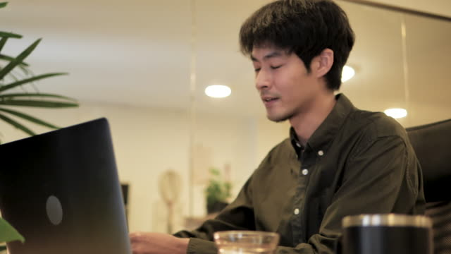 ビジネスの人々は、ビジネスビデオチャットを通じて顧客とチャットやチャット - セールスマン点の映像素材/bロール