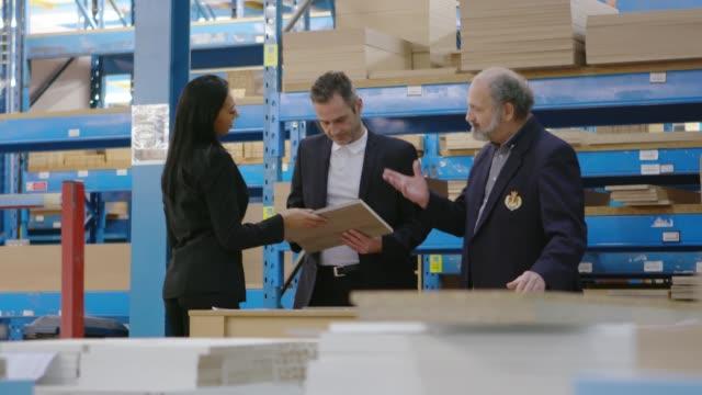 ビジネス人流通倉庫で商品をチェック - 訪問点の映像素材/bロール