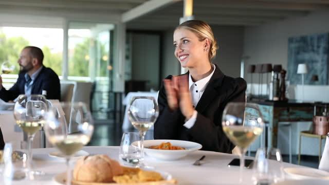 stockvideo's en b-roll-footage met bedrijfs mensen die voor succes het dineren in een luxerestaurant klappen - gourmet eten