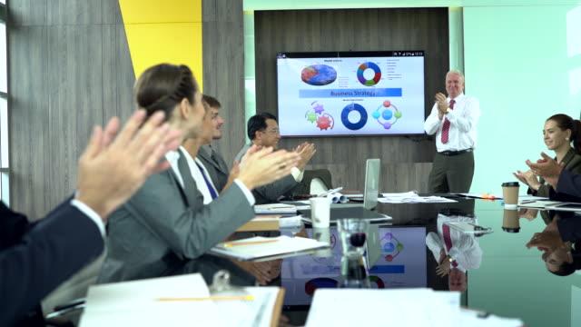 geschäftsleute, händeklatschen nach dem fertigen treffen. berufsausbildung, arbeitstreffen, vortrag oder coaching konzept. - applaudieren stock-videos und b-roll-filmmaterial